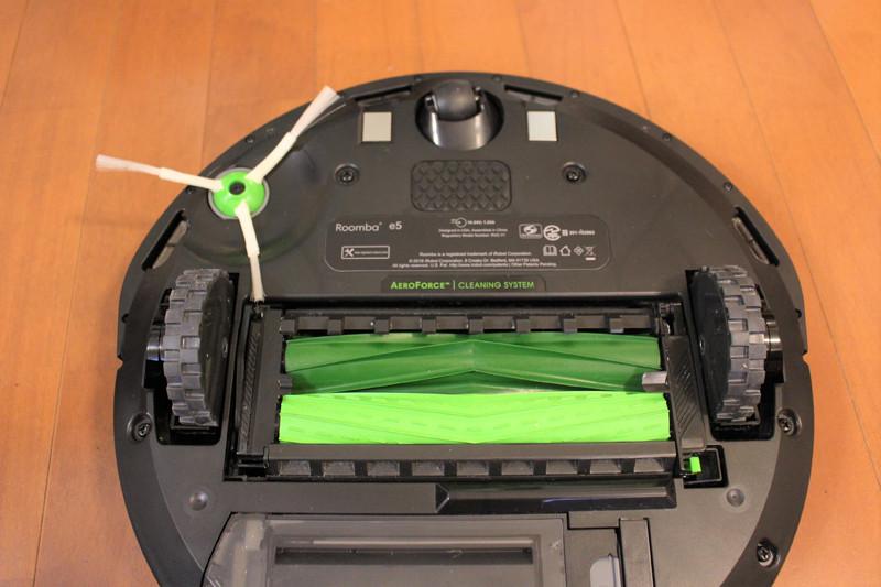 2本の「デュアルアクションブラシ」はゴム製なので、フローリングやカーペットなどさまざまな床にぴったり密着しながら、ゴミを取り除く