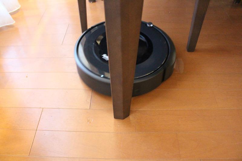 テーブルやいすの脚まわりを見つけると、回り込んでブラシでゴミを取り除く動作をしてくれる