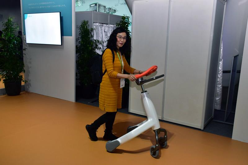 「歩行トレーニングロボット」は、介護施設などへの導入を目指しているという