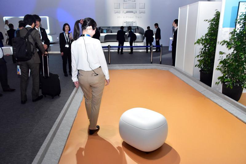 「パーソナルポーターロボット」は、人の斜め後ろを付いてきて、視界の端に入ってくれるので安心して散歩や買い物ができる