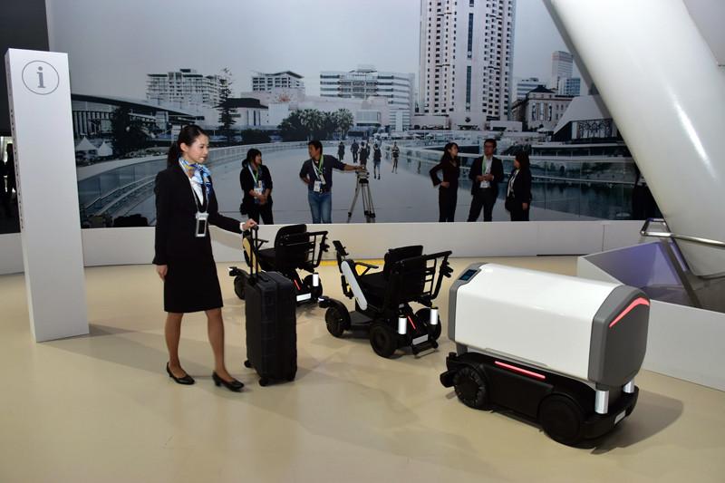 電動車椅子「WHILL NEXT」。空港をイメージしたデモ