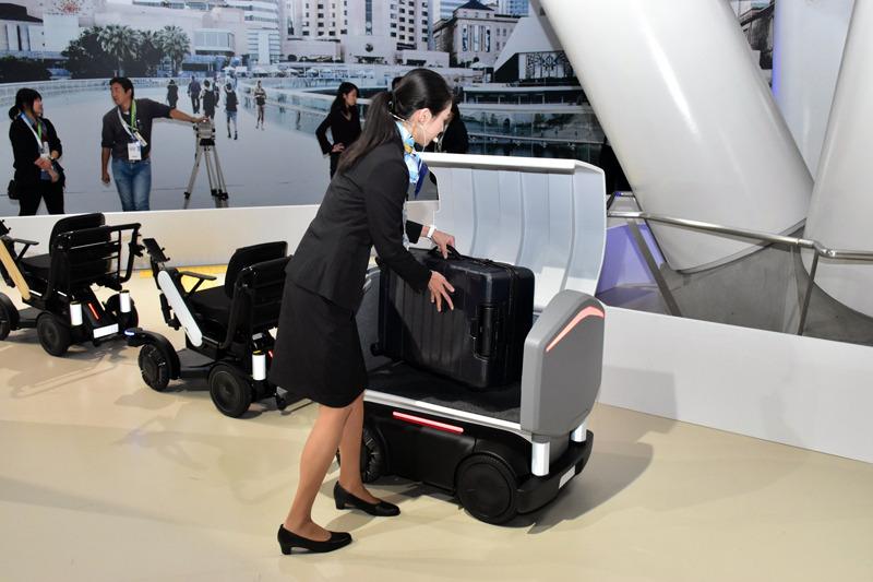 スーツケースをカートに入れる