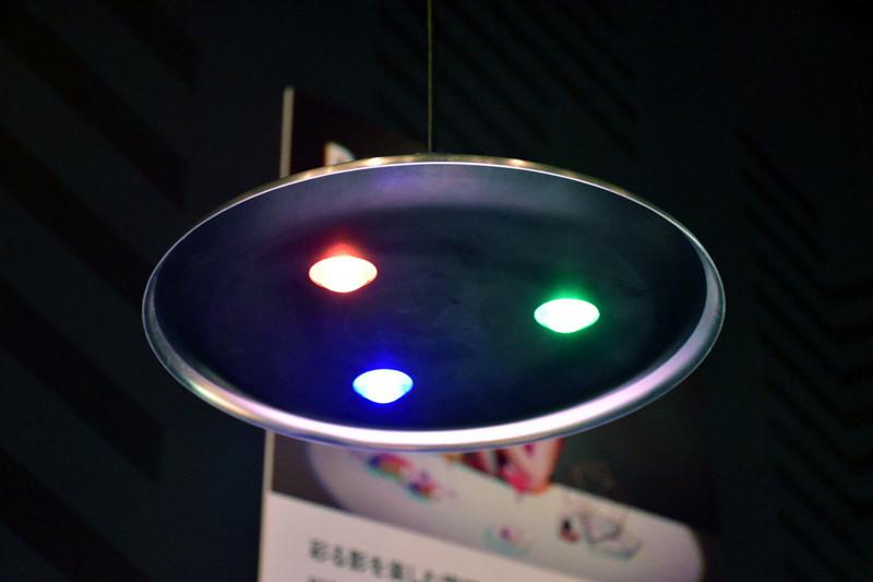 R(赤)、G(緑)、B(青)の3色のLEDを混ぜて白色にするのではなく、あえてRGBそれぞれの影を作り出す「RGB_Light」プロジェクトの展示
