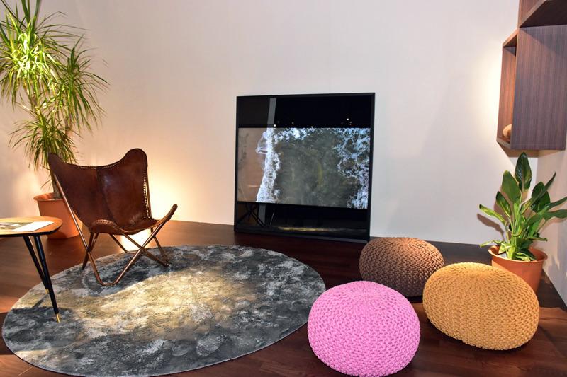 「AMP(Ambient Media Player)」は、自然環境やアート作品など、さまざまな映像を映し出して商業施設などの壁を彩る