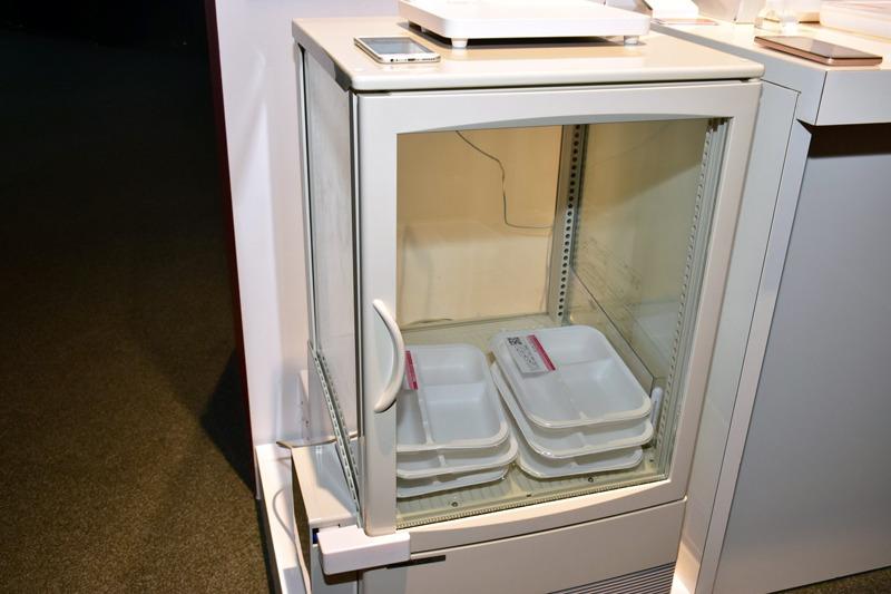 「totteMEAL」では、市販の冷蔵庫にスマートロックやQRコードリーダーなどを加えることで、スマートな弁当販売が可能になる
