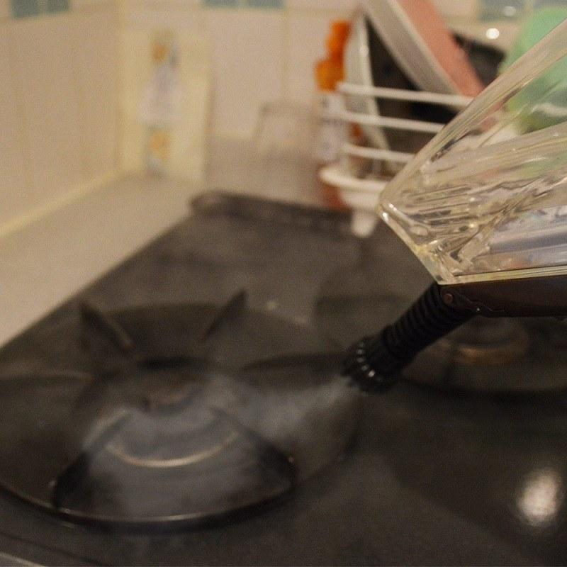 高温スチームで汚れを浮かし、バキューム機能でそのまま吸引する。フローリングだけでなく、排水溝や五徳などの掃除も可能