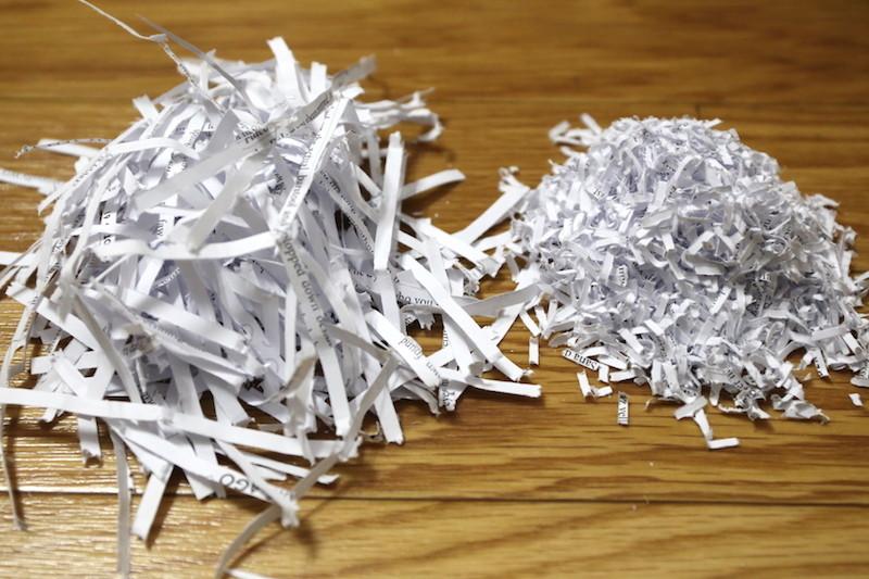 A4用紙1枚を細断した後の違い(右が細密シュレッダー)。大きく違わないようにも見えるが何十枚と細断するとその容量の大きさは歴然。ゴミ袋に入れて捨てる手間が大幅に軽減した