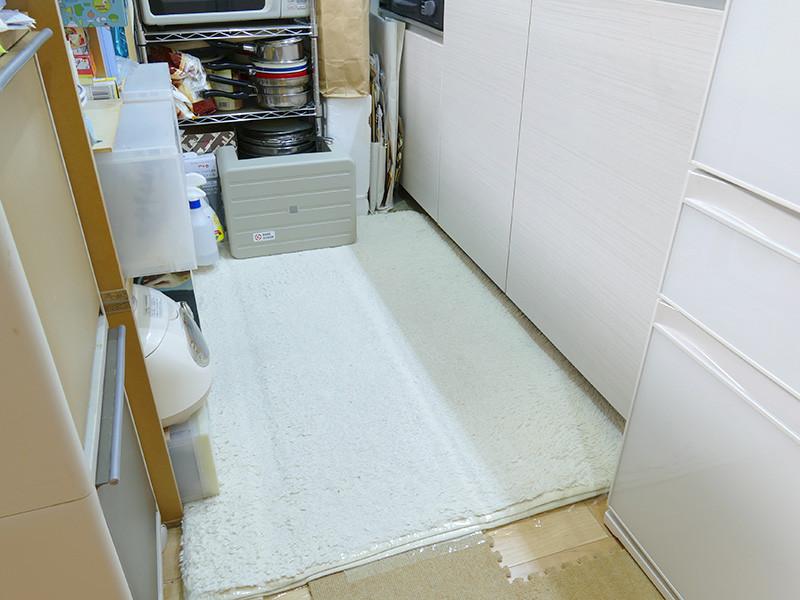 カウンターで区切った1畳弱のキッチン