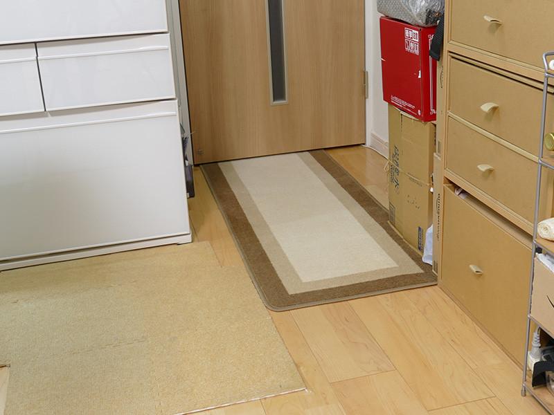 冷蔵庫脇の床は玄関方面へ続く。扉は普段から閉めている