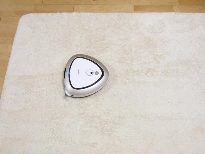 厚みのあるラグは吸引力を自動で強めじっくり掃除する