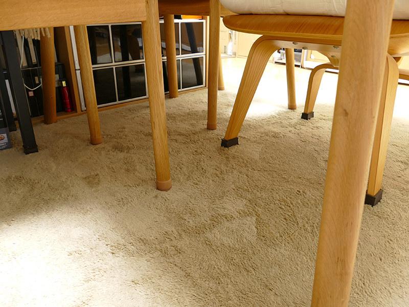 テーブル下の椅子は乱雑に置かない