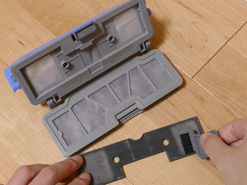 フィルターの汚れは、付属のお手入れブラシで取り除く