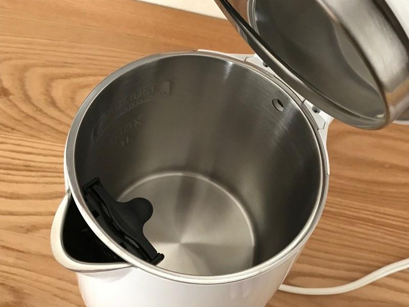 上蓋は取れないが注水口は広く、内部のステンレスは継ぎ目がないので洗いやすい