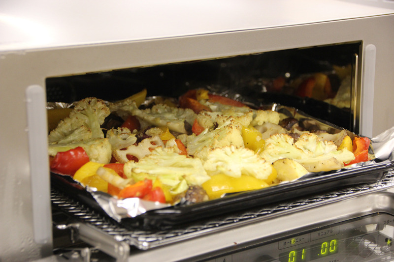 パプリカやカリフラワー、さつまいもなどの野菜に、すりおろしにんにくとオリーブオイル、塩コショウを絡め、コンベンションオーブンで焼く