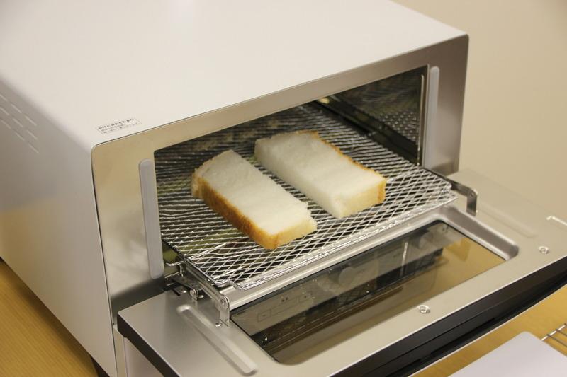 4枚切り食パンほどの厚さにスライスしたら、さらに縦半分にカットしてコンベンションオーブンで焼く