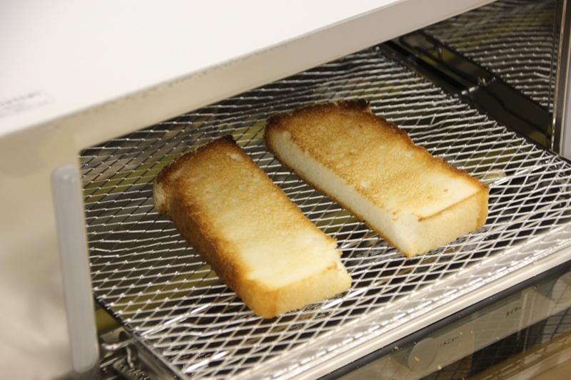 トーストした米粉パンに味噌クリームチーズを塗る