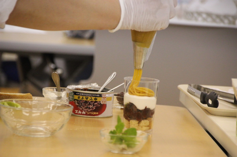 黒糖米粉パン→ゆであずき→生クリーム→安納芋ペーストの順で、グラスに盛り付けていく