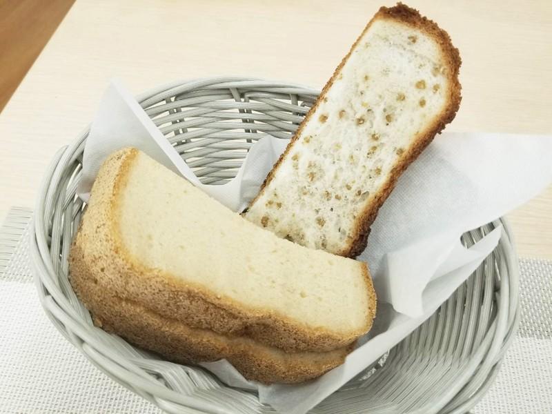 韃靼そば茶をそのまま入れたそば茶米粉パンと黒糖米粉パン。トーストされたそば茶パンを食べたところザクザクしていて美味しかった