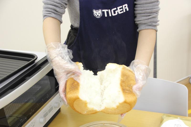 焼き立ての米粉パンを開けてみた。湯気が立っていて香ばしい