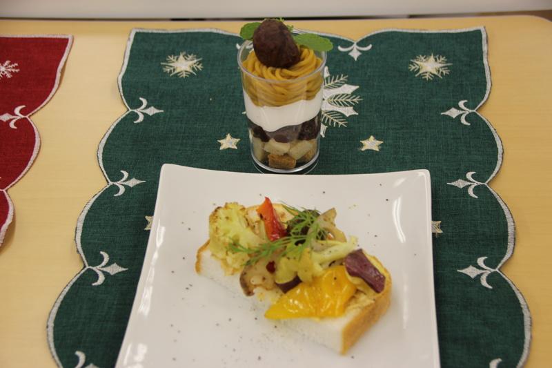 「ガーリックグリルド野菜と味噌クリームチーズのタルティーヌ」と、「安納芋モンブランのグラスデザート」の2品を調理