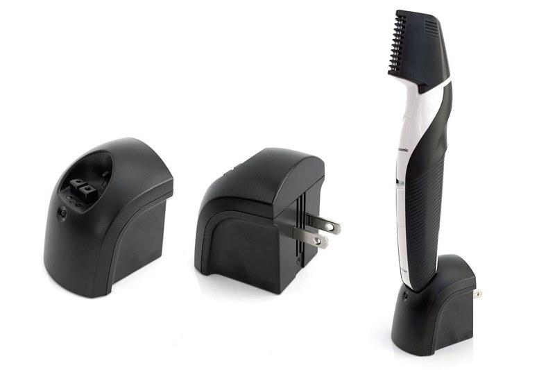 専用充電器はコンセント(ACアウトレット)に直接挿すタイプで、本体を立ててセットできます。コードレス状態なので、充電時に邪魔になりにくいのが好印象
