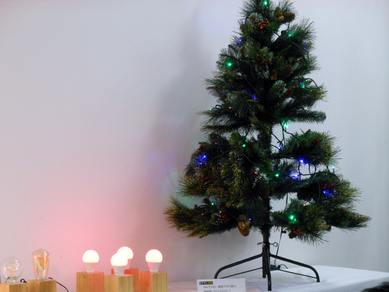 クリスマスツリーのライトと、調光・調色可能なスマート電球を、Google Homeで音声操作するデモが行なわれた
