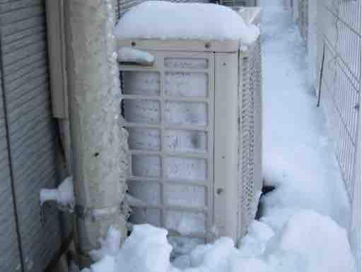 大雪によるエアコントラブルの多くは、室外機の状態や環境が原因