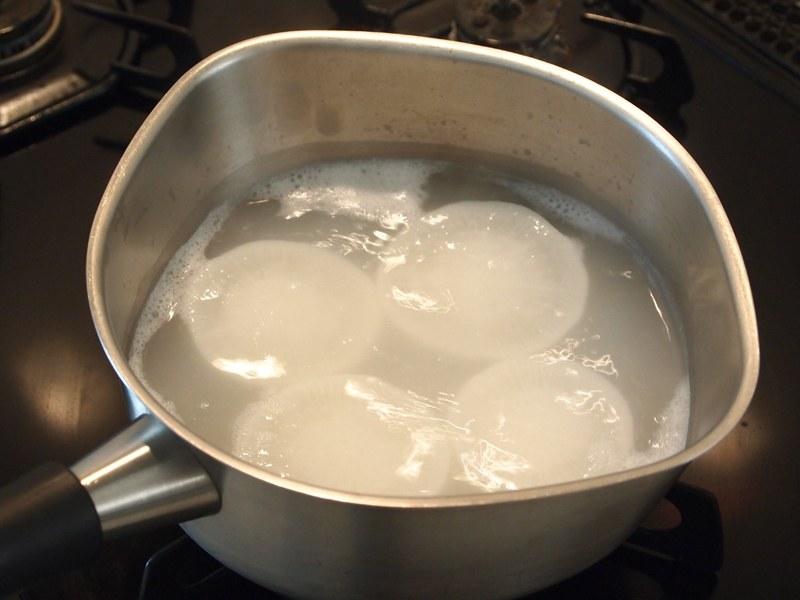 米のとぎ汁でアクを抜く