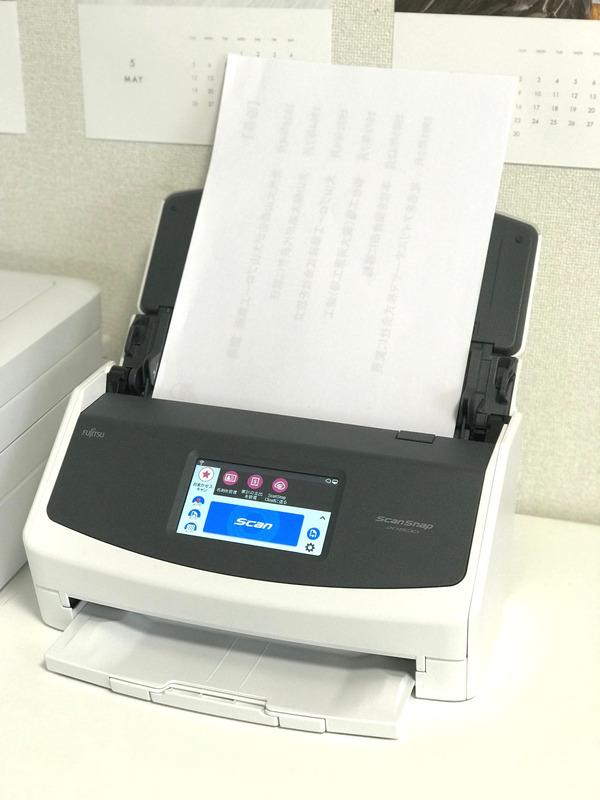 カバー部を開くと電源がオンになり、資料などの紙類をセットしたら液晶パネルの「Scan」ボタンを押すだけで次々にスキャンされます