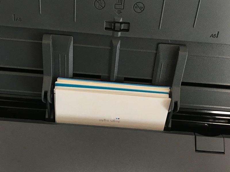 名刺をセットしたところ。付属の「名刺・レシートガイド」を本体の原稿差し込みに装着すると小さなものでもよりスムースに搬送される