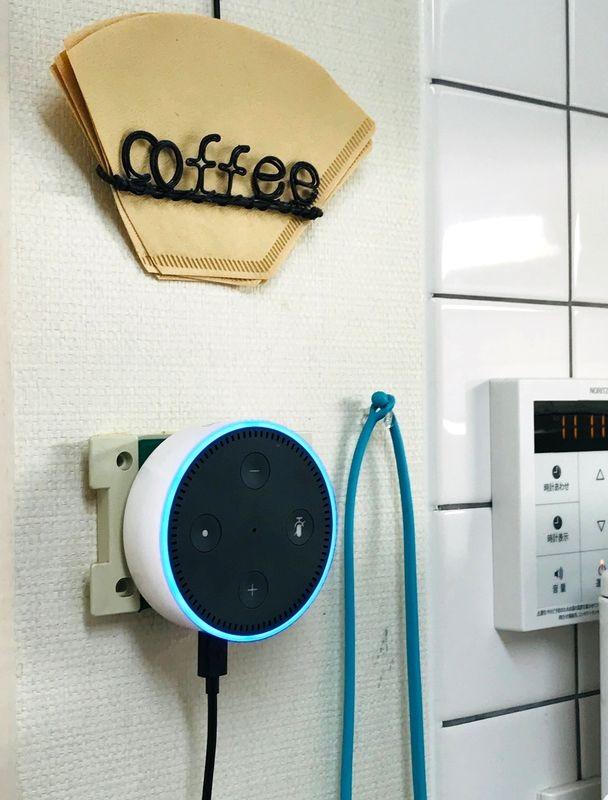 キッチンの壁に設置してある「Echo dot」。キッチンタイマーとして使ったり、料理中に時間や天気を確認したりと使い勝手がいい