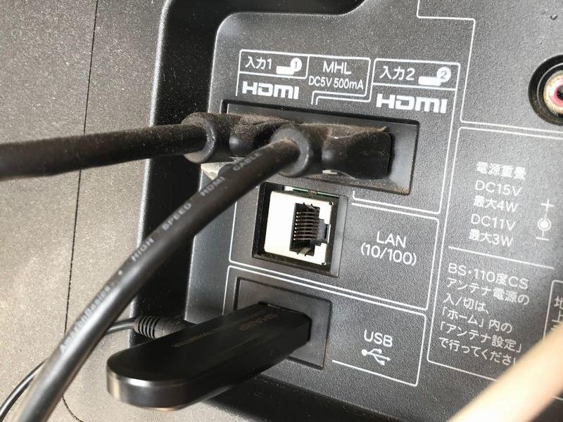 テレビの背面のUSBの挿入口にBluetooth送信機を差し込む