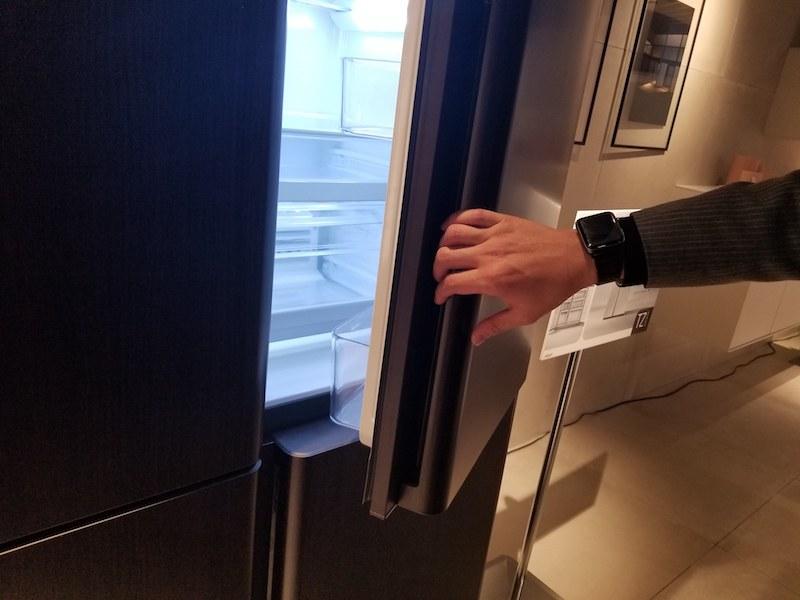 ハンドルはカーブを描いており、ドアを開けるときに自然と手になじむという