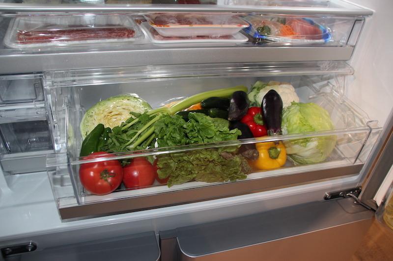 野菜室は、かがまずラクな姿勢で取り出せる中段に配置