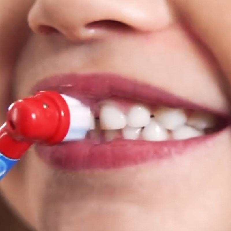 ブラシは、成長期の子供に合わせて小さなヘッドにした。回転・振動するブラシが歯にぴったりフィットするという