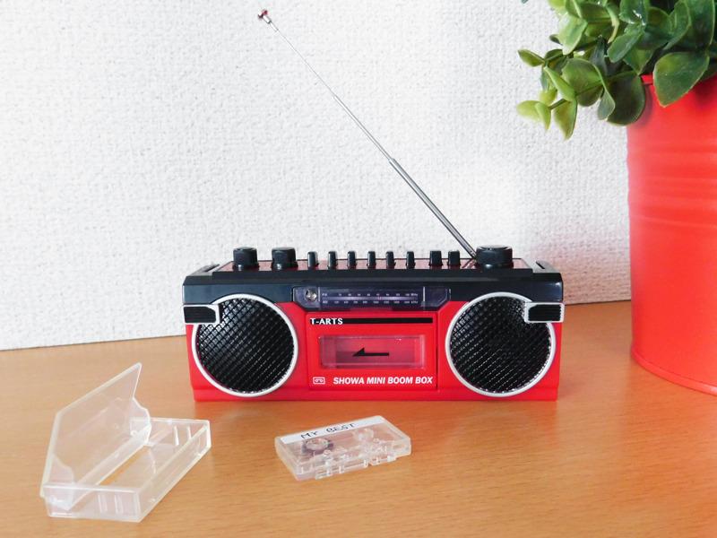 ラジオが聴けるほか、のミニカセットテープを本体にセットするとラジカセ本体へ録音できる