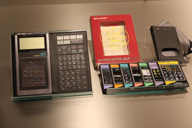 電子手帳の初代モデル。コレを持っているだけで仕事ができるビジネスマンに見えると大人気。電車の中で内ポケットからサッ! と出す。それが当時のステイタス
