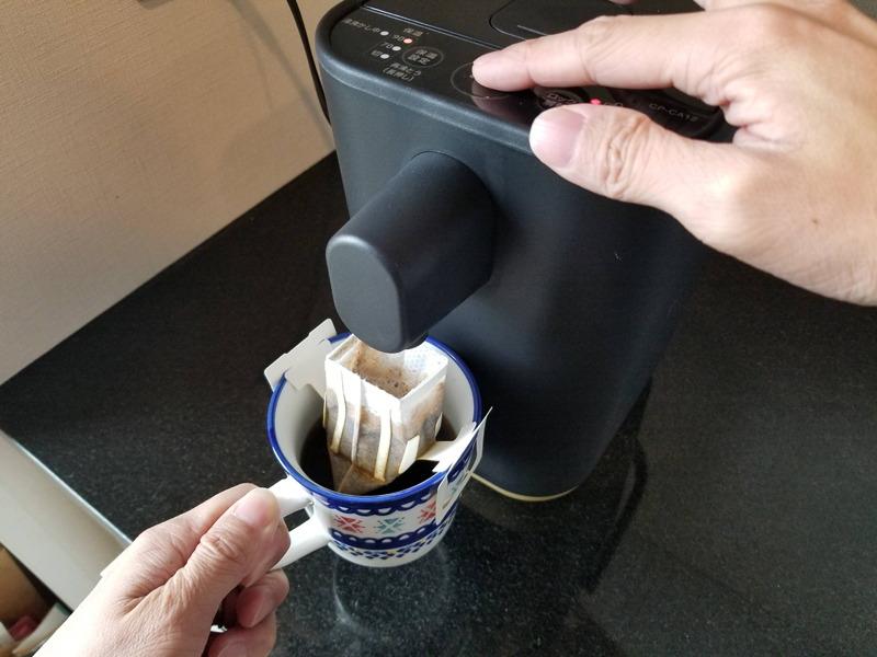 1杯タイプのドリップバッグコーヒーで試してみた。お湯がはね返らず、周りを汚さずに注げた