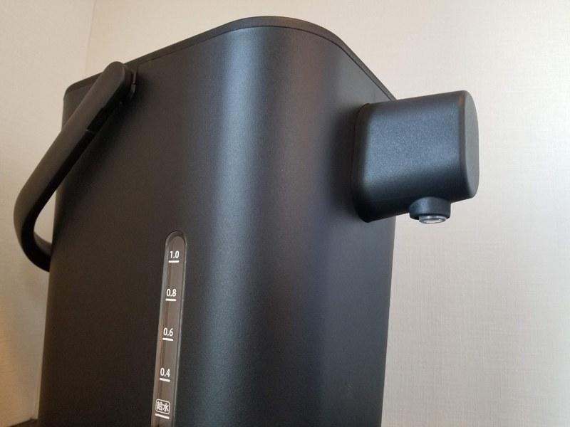 容量1.2L。側面にも水位線を備え、外から水量がわかる