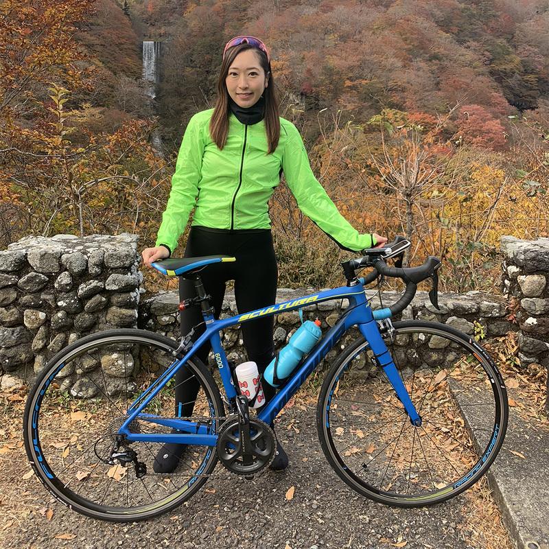 ゲストライダー:杏寿沙さん<br>2015年~2016年に宇都宮ブリッツェンフェアリー自転車競技部所属。現在はラジオパーソナリティ、栃木県内のイベントMC、スポーツジムでのインドアバイクトレーナー、JプロツアーイベントMC、自転車イベントのゲストライダー、宇都宮ブリッツェンコラムを担当するなど自転車を中心に幅広く活動中。心拍計POLARアンバサダー、サイクルアパレルブランドASSOSアンバサダー