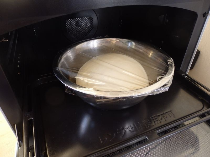 1次発酵が終了すると、かなり膨らんでいる。ぐっとつぶしてガス抜きを