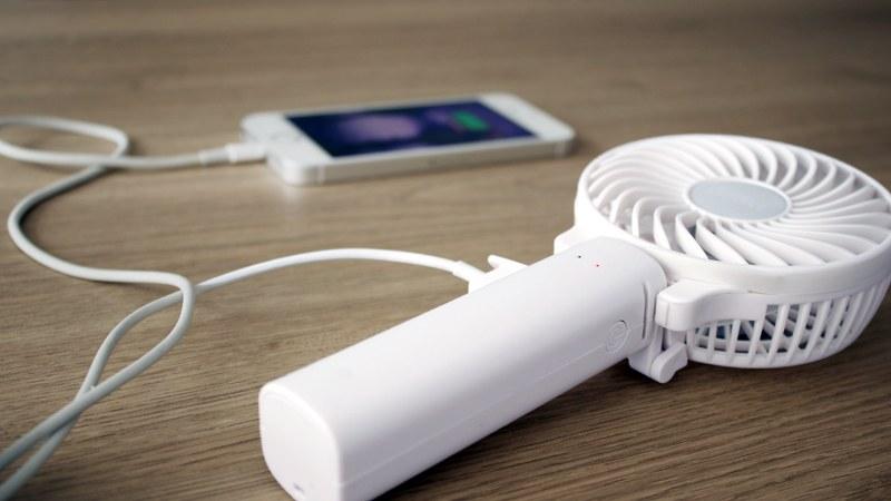 外出先で携帯の充電がなくなったときに、モバイルバッテリーとしても活用できる