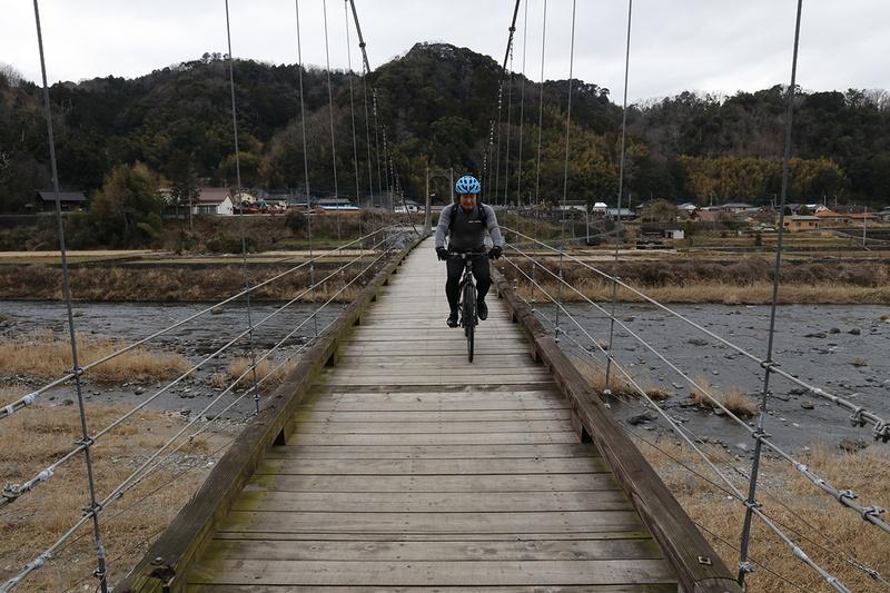 吊り橋を走る