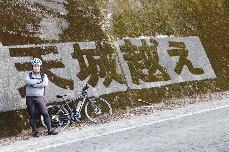 クルマだと気づきにくいですが、壁の苔を削って作られた天城越えの文字