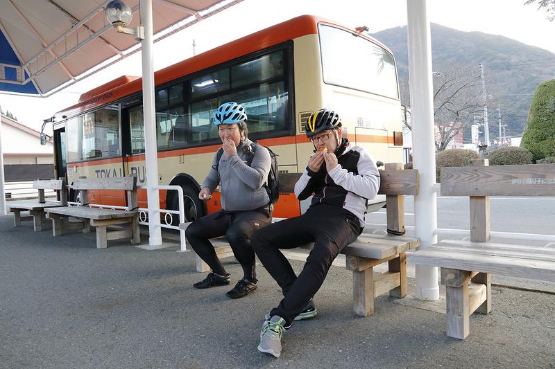 サイクルラックバスが出発するまで一休み。TOKYO RUSK 伊豆ファクトリーで購入した「しいたけマドレーヌ」をパクリ