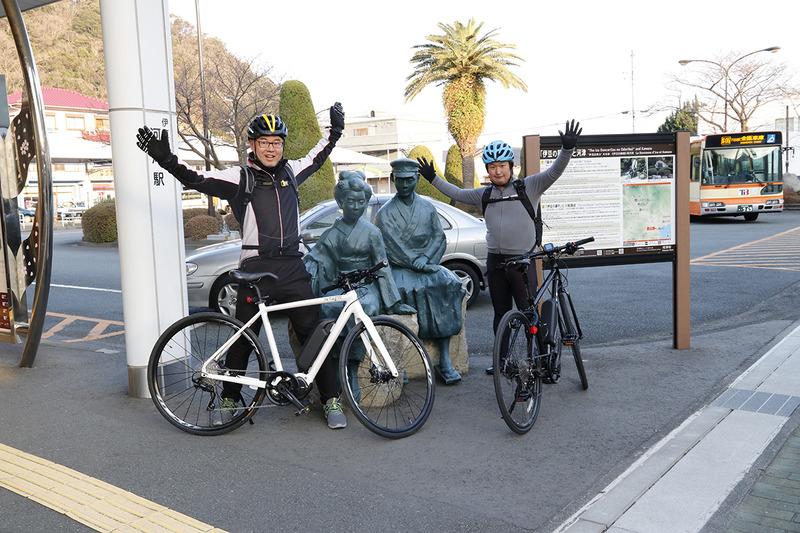 e-bikeで一緒に天城越えを経験した瀬戸氏とゴールの河津駅にて。最初は不安そうでしたがとても楽しそうに走っていました
