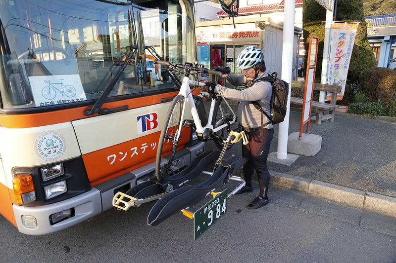 それぞれのe-bikeを積みます