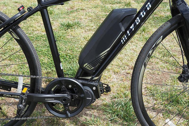 例えば、クロスバイクタイプのe-bikeのミヤタ「CRUISE」には、シマノSTEPS「E8080シリーズ」のドライブユニットやバッテリー、サイクルコンピューターなどが搭載されています