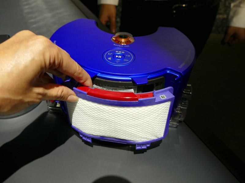 本体背面のカバーを外すと、水洗い可能な排気フィルターがある