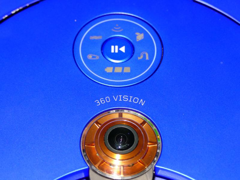 本体の操作ボタンとインジケーター(写真上)と、カメラ(写真下)。カメラの周囲のオレンジ色部分に8つのLEDライトと搭載する